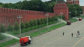 Πότισμα των μηχανών στη δράση κοντά στον τοίχο της Μόσχας Κρεμλίνο σε αργή κίνηση βίντεο απόθεμα βίντεο