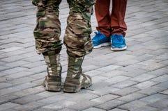 Πόλεμος εναντίον των υποδημάτων ειρήνης στο fragmental βράχο Στοκ φωτογραφίες με δικαίωμα ελεύθερης χρήσης