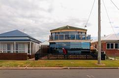 Πόλης οδός του Σουώνση Αυστραλία με τα σπίτια και τη πολυκατοικία Στοκ εικόνες με δικαίωμα ελεύθερης χρήσης