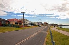 Πόλης οδός του Σουώνση Αυστραλία με τα σπίτια και τη πολυκατοικία Στοκ φωτογραφία με δικαίωμα ελεύθερης χρήσης