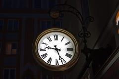 Πόλης ρολόι τη νύχτα Στοκ φωτογραφία με δικαίωμα ελεύθερης χρήσης