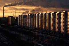Πόλη †‹â€ ‹στην αυγή με τον καπνίζοντας σωλήνα στοκ φωτογραφίες