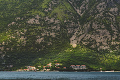 Πόλη ακτών στον κόλπο Kotorska στο Μαυροβούνιο Στοκ Φωτογραφία