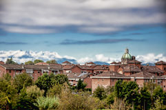 Πόλη, βουνά και ουρανός Στοκ φωτογραφίες με δικαίωμα ελεύθερης χρήσης