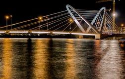 Πόλη, γέφυρα και ποταμός νύχτας Στοκ Εικόνα