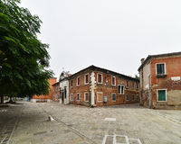 Πόλη, κτήρια και σκυλί Στοκ φωτογραφίες με δικαίωμα ελεύθερης χρήσης