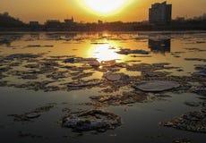 Πόλη κλίσης πάγου ποταμών ηλιοβασιλέματος Στοκ εικόνα με δικαίωμα ελεύθερης χρήσης