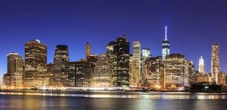 Πόλη Μανχάταν της Νέας Υόρκης της περιφέρειας του κέντρου στο σούρουπο με το illumin ουρανοξυστών στοκ εικόνα με δικαίωμα ελεύθερης χρήσης