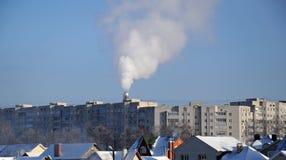 πόλη πάγκων που καλύπτεται αστικός χειμώνας δέντρων χιονιού τοπίων Στοκ εικόνες με δικαίωμα ελεύθερης χρήσης