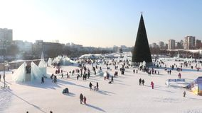 Πόλη πάγου, περπατώντας άνθρωποι και χριστουγεννιάτικο δέντρο σε Perm απόθεμα βίντεο
