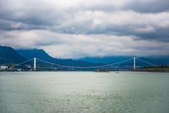 Πόλη ποταμών Yangtze της σύγχρονης γέφυρας τη βροχερή ημέρα Στοκ φωτογραφία με δικαίωμα ελεύθερης χρήσης