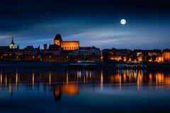 Πόλη που απεικονίζεται παλαιά στον ποταμό στο ηλιοβασίλεμα Στοκ Εικόνα