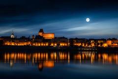 Πόλη που απεικονίζεται παλαιά στον ποταμό στο ηλιοβασίλεμα Στοκ Φωτογραφίες