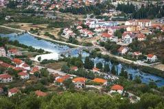 Πόλη που περιβάλλεται παλαιά από τον ποταμό Στοκ εικόνα με δικαίωμα ελεύθερης χρήσης