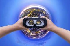 Πόλη πλανητών έννοιας με το μικρό κτήριο πόλεων πλανητών γυαλιών VR κατά τη διάρκεια του λυκόφατος Στοκ εικόνα με δικαίωμα ελεύθερης χρήσης