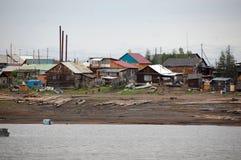 Πόλη στην ακτή ποταμών Kolyma Στοκ Εικόνες