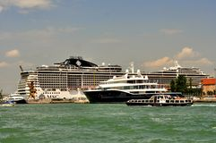 Πόλη της Βενετίας με το μεγάλο και μικρό σκάφος στην ακτή, Ιταλία Στοκ φωτογραφία με δικαίωμα ελεύθερης χρήσης
