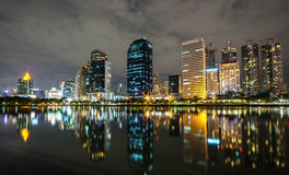 Πόλη της Μπανγκόκ κεντρικός τη νύχτα με την αντανάκλαση του ορίζοντα, Bangk στοκ φωτογραφίες