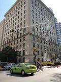 Πόλη της Νέας Υόρκης, ανώτερη ανατολική πλευρά, 5η λεωφόρος, πράσινο ταξί, ποδηλάτης, φορτηγό αστυνομίας, γερανός, NYC, Νέα Υόρκη Στοκ εικόνες με δικαίωμα ελεύθερης χρήσης