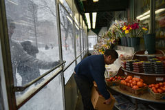 1/23/16, πόλη της Νέας Υόρκης: Απόθεμα αγοραστών επάνω όπως καταστήματα στενά εγκαίρως για τη χειμερινή θύελλα Ιωνάς στοκ φωτογραφία