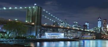 Πόλη της Νέας Υόρκης γεφυρών του Μπρούκλιν τη νύχτα Στοκ φωτογραφία με δικαίωμα ελεύθερης χρήσης
