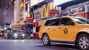 Πόλη της Νέας Υόρκης, ΗΠΑ - OKTOBER, 2016: Νύχτα Times Square Αμάξια, αυτοκίνητα και πλήθη βαριάς κυκλοφορίας διάσημα κίτρινα των φιλμ μικρού μήκους