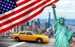 Πόλη της Νέας Υόρκης με το κίτρινο αμάξι αγγελιών αγαλμάτων ελευθερίας Στοκ εικόνα με δικαίωμα ελεύθερης χρήσης