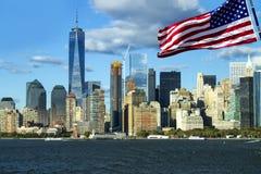 Πόλη της Νέας Υόρκης Πύργων της Ελευθερίας, αμερικανική σημαία στο μέτωπο Στοκ εικόνα με δικαίωμα ελεύθερης χρήσης