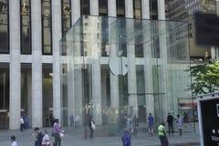 Πόλη της Νέας Υόρκης, στις 3 Αυγούστου: Είσοδος της Apple Store από το Μανχάταν στη Νέα Υόρκη Στοκ φωτογραφία με δικαίωμα ελεύθερης χρήσης