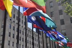 Πόλη της Νέας Υόρκης, στις 2 Αυγούστου: Οι σημαίες κλείνουν επάνω από Rockefeller Plaza στην πόλη του Μανχάταν Νέα Υόρκη Στοκ φωτογραφία με δικαίωμα ελεύθερης χρήσης