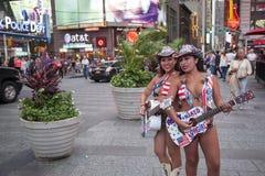 Πόλη της Νέας Υόρκης, στις 12 Σεπτεμβρίου 2015: δύο κορίτσια στο μπικίνι παίζουν το guita Στοκ φωτογραφίες με δικαίωμα ελεύθερης χρήσης