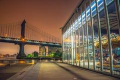 Πόλη της Νέας Υόρκης τη νύχτα, γέφυρα του Μανχάταν Στοκ εικόνα με δικαίωμα ελεύθερης χρήσης