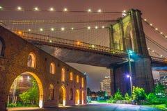 Πόλη της Νέας Υόρκης τη νύχτα, γέφυρα του Μπρούκλιν Στοκ Εικόνα