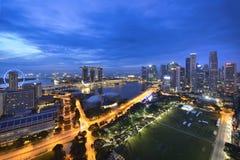 Πόλη της Σιγκαπούρης τη νύχτα Στοκ Φωτογραφία