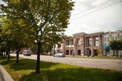 Πόλη της στο κέντρο της πόλης εικονικής παράστασης πόλης Khabarovsk με τα πράσινα δέντρα Στοκ εικόνες με δικαίωμα ελεύθερης χρήσης