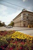 Πόλη της στο κέντρο της πόλης εικονικής παράστασης πόλης Khabarovsk με τα λουλούδια Στοκ εικόνα με δικαίωμα ελεύθερης χρήσης