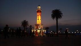 Πόλη του Ιζμίρ, πύργος ρολογιών, άνθρωποι που περπατά κοντά στον πύργο ρολογιών, νύχτα, Τουρκία απόθεμα βίντεο