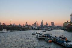 Πόλη του Λονδίνου άποψης βραδιού από τη γέφυρα του Βατερλώ Στοκ Φωτογραφία