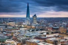 Πόλη του Λονδίνου, της επιχείρησης και των τραπεζικών εργασιών aria Πανόραμα του Λονδίνου στο σύνολο ήλιων Στοκ Εικόνα