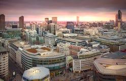 Πόλη του Λονδίνου, της επιχείρησης και των τραπεζικών εργασιών aria Πανόραμα του Λονδίνου στο σύνολο ήλιων Στοκ εικόνα με δικαίωμα ελεύθερης χρήσης