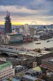 Πόλη του Λονδίνου, της επιχείρησης και των τραπεζικών εργασιών aria Πανόραμα του Λονδίνου στο σύνολο ήλιων Στοκ Φωτογραφίες