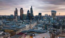 Πόλη του Λονδίνου, της επιχείρησης και των τραπεζικών εργασιών aria Πανόραμα του Λονδίνου στο σύνολο ήλιων Άποψη από τον καθεδρικ Στοκ Εικόνες