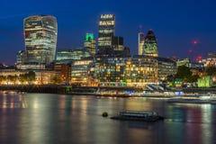 Πόλη του Λονδίνου τη νύχτα με τα φω'τα Στοκ φωτογραφία με δικαίωμα ελεύθερης χρήσης