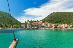 Πόλη του Μαλί Ston με τον ορατό ιστό σκαφών, Κροατία Στοκ Εικόνα