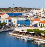 Πόλη του Νικόλαος Aghios στο νησί της Κρήτης στην Ελλάδα Άποψη του λιμανιού Στοκ εικόνα με δικαίωμα ελεύθερης χρήσης