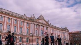 Πόλη Τουλούζη Γαλλία Place du Capitole χρονικού σφάλματος με τον ουρανό και το περπάτημα ανθρώπων απόθεμα βίντεο