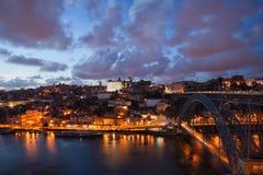 Πόλη του Πόρτο στο σούρουπο στην Πορτογαλία Στοκ Εικόνες