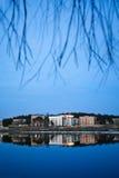 Πόλη το βράδυ με την επίδραση ποταμών και καθρεφτών Στοκ φωτογραφίες με δικαίωμα ελεύθερης χρήσης