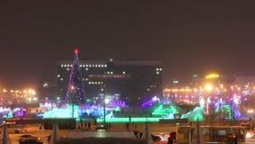 Πόλη χειμερινού Perm βραδιού, φωτισμένη κωμόπολη πάγου με το χριστουγεννιάτικο δέντρο στη Ρωσία φιλμ μικρού μήκους