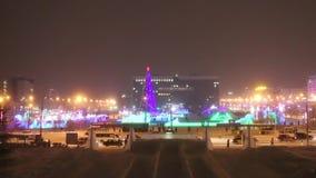 Πόλη χειμερινού Perm βραδιού, φωτισμένη κωμόπολη πάγου στη Ρωσία φιλμ μικρού μήκους